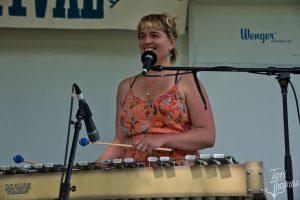 Vocalist, Vibraphonis: Dede Alder (Photo/Tori Thomas)